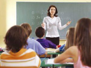 Учитель ведёт урок