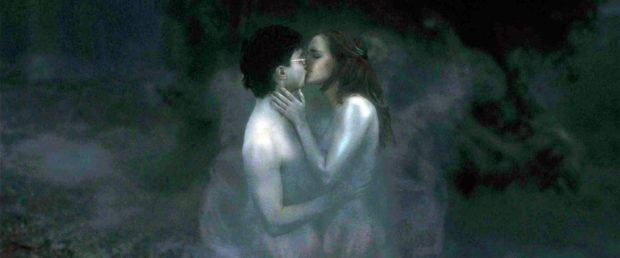 Гарри и Гермиона целуются в кристраже