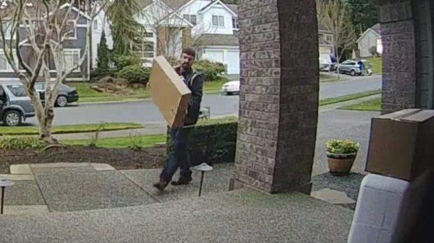 Курьер с коробкой в руках