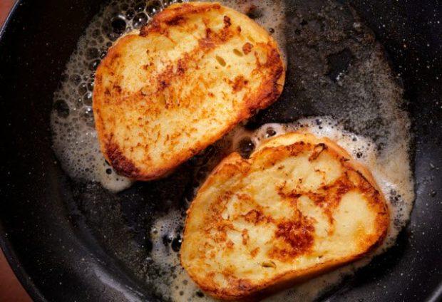 Хлеб жарится на сковородке