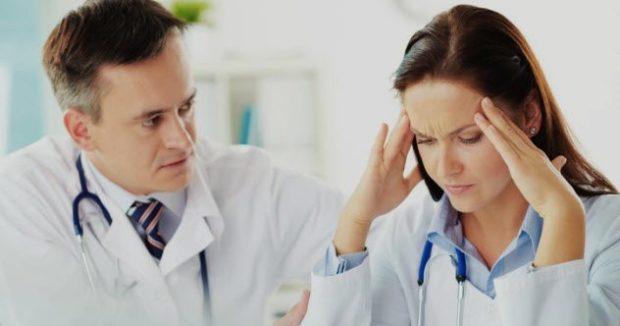 Мужчина и женщина врачи