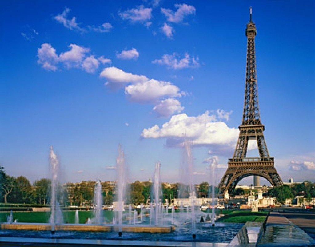 Фонтан на фоне Эйфелевой башни в Париже