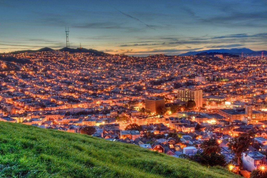 Вид на Сан-Франциско с зеленого холма