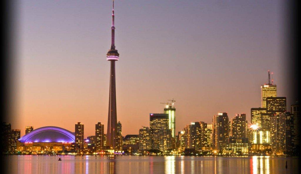 Вид на сверкающий Торонто издали