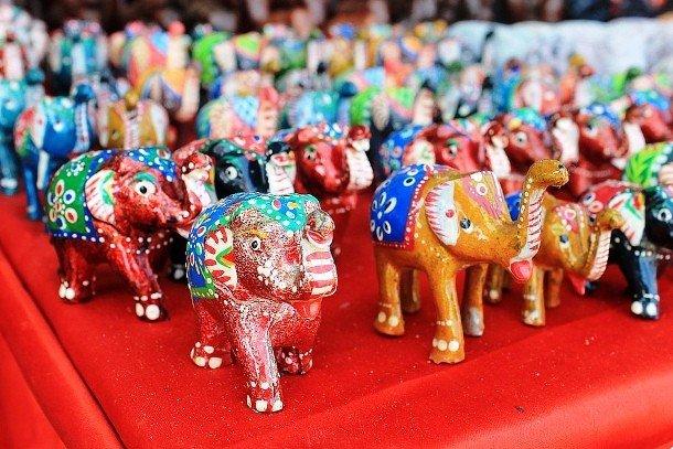 Раскрашенные статуэтки слонов
