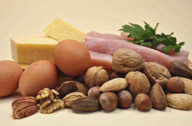 Мясо, куриные яйца, разные виды орехов, сыр