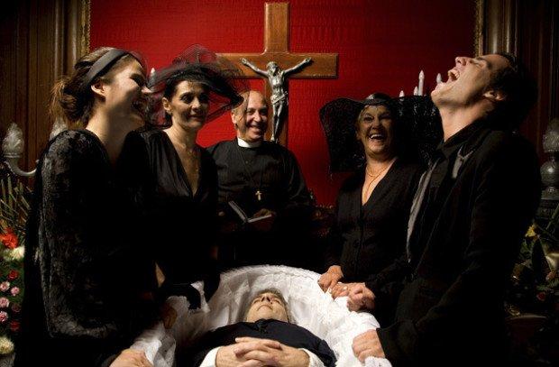 Неуместный смех на похоронах