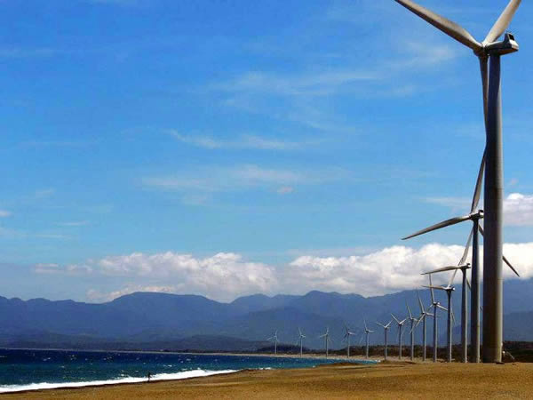 ветрянные мельницы Банги на пляже в Барангай Мазикил