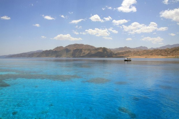 прозрачное море, горы в дали