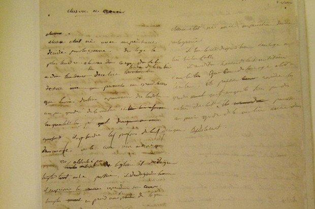 листок бумаги с рукописным текстом