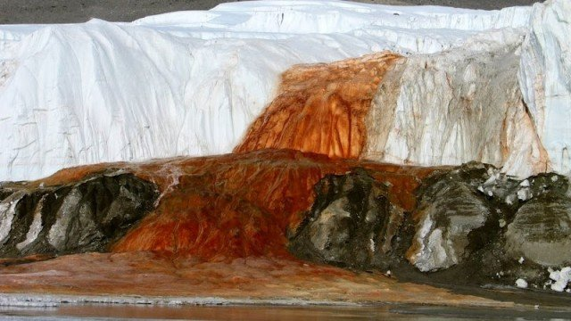 Красный водопад Антарктиды