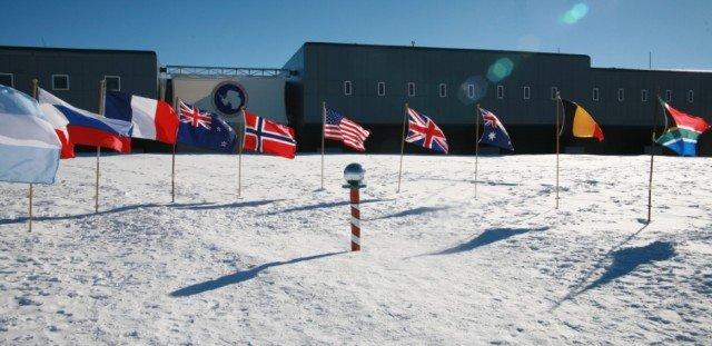 Флаги десяти стран в Антарктиде