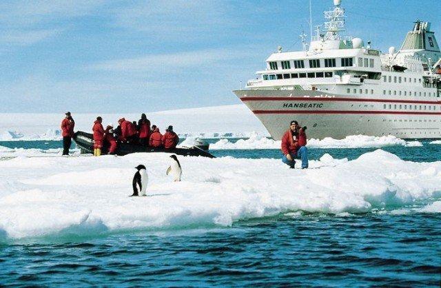 Круизный лайнер в Антарктиде