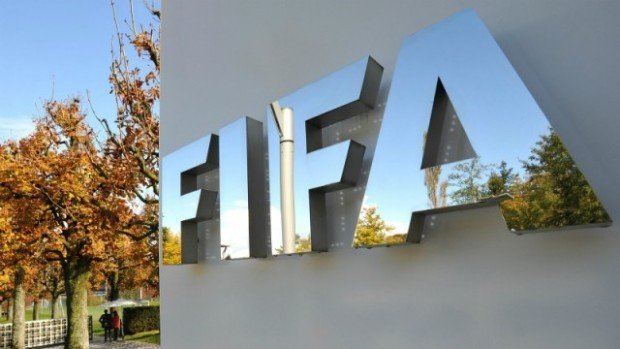 Эмблема ФИФА на главном офисе компании