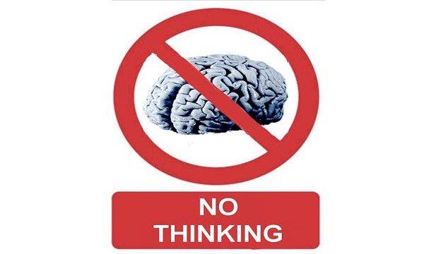 Знак: мозг перечеркнут с надписью no thinking