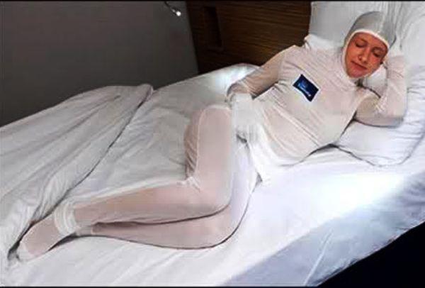 Девушка - подогреватель кровати