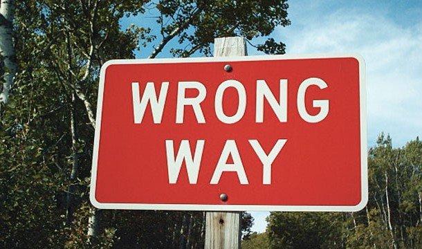 Табличка: WRONG WAY