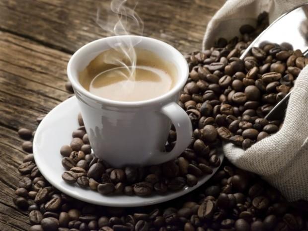 Чашка свежесваренного кофе и кофейные зёрна