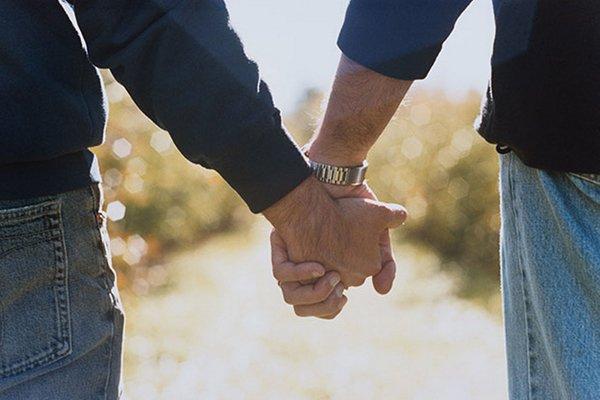 Геи держатся за руку