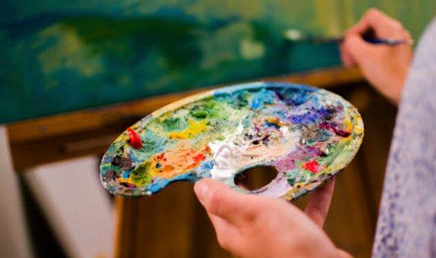 Палитра с множеством смешанных красок