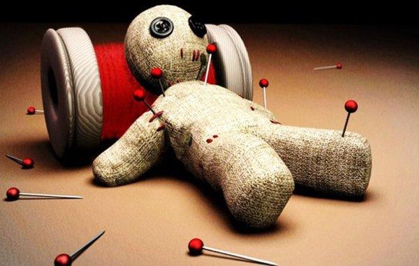 Кукла вуду, проткнутая иглами