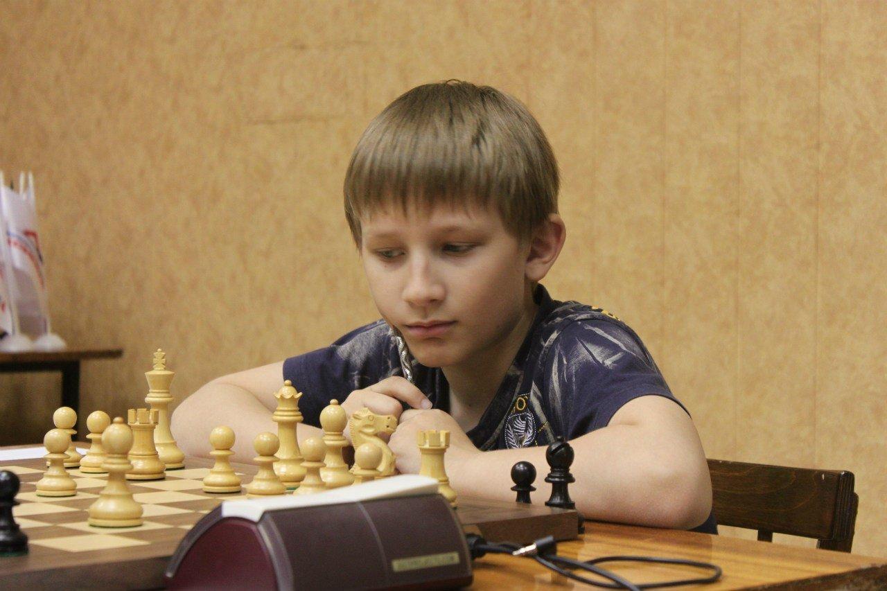 Мальчик за шахматами