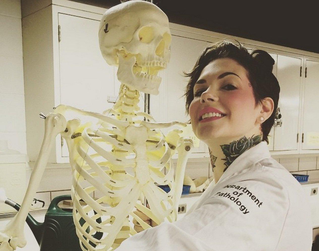 Николь Анжеми с муляжем скелета