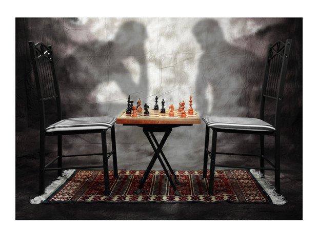 Шахматная доска, пара стульев и тени на стене