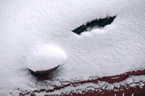 Заметённый снегом автомобиль