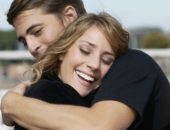 Двое человек обнимаются