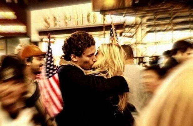 Пара, целующаяся посреди улицы