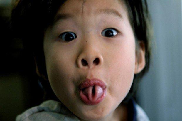 Ребёнок сворачивает язык трубочкой