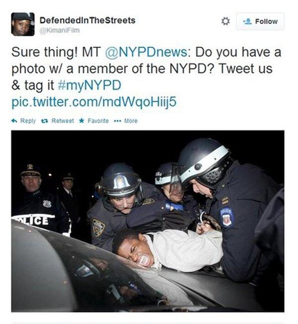 Американские полицейские 'скручивают' темнокожего мужчину
