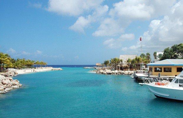 Берег острова Кюрасао и Карибское море