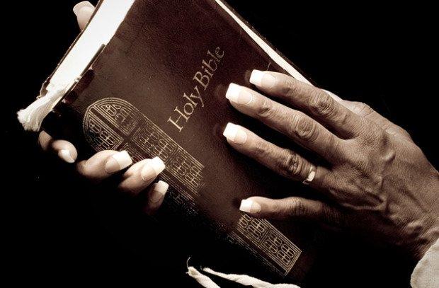 Библия в руках