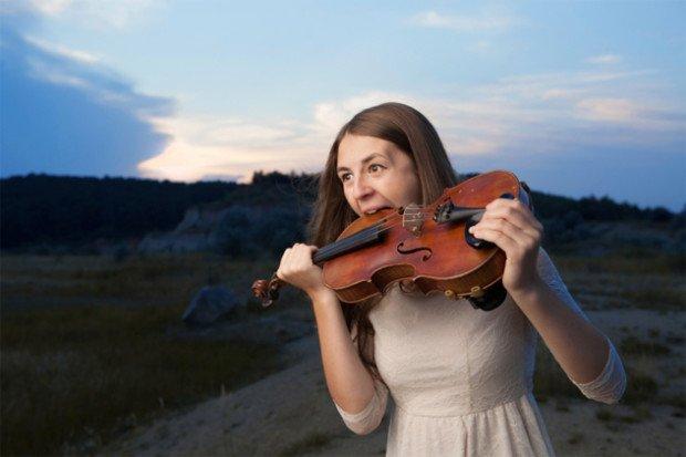 Девушка грызёт скрипку