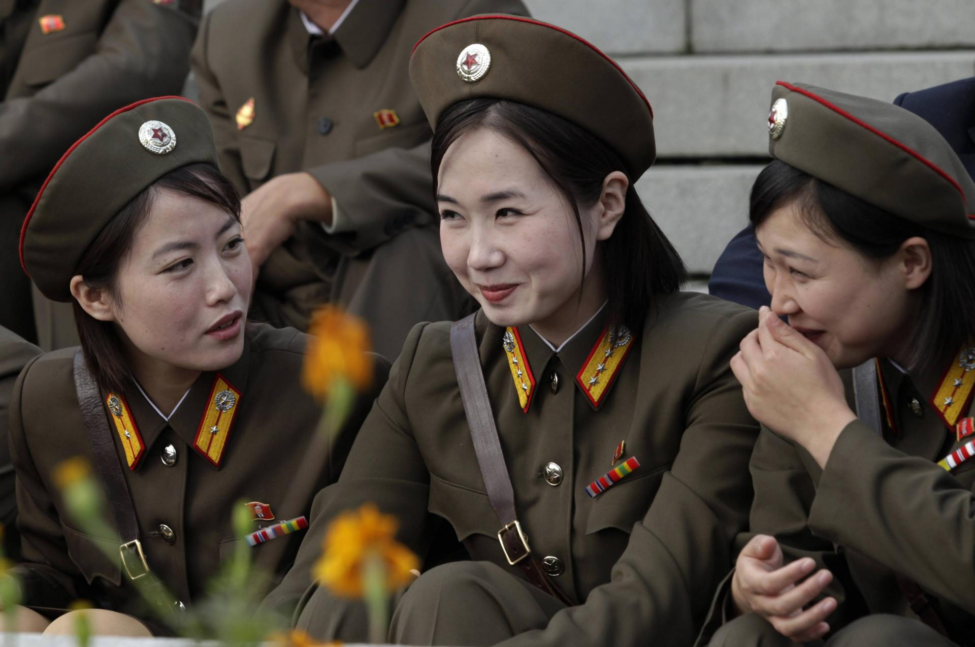 Девушки-военные смеются