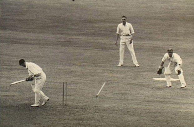 Дональд Брэдмен (с битой в руках) - один из лучших игроков в крикет в 30-х годах