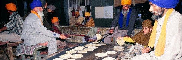Индийцы едятв храме «Хармандир Сахиб»