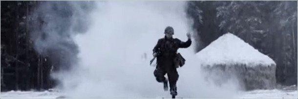 Кадр из фильма: солдат под артиллерийским обстрелом