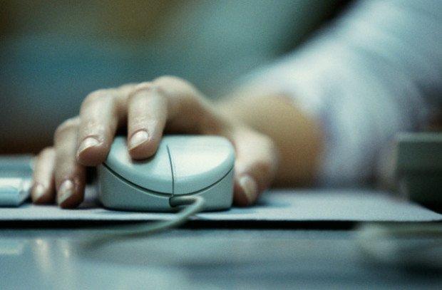 Компьютерная мышка в руках пользователя ПК