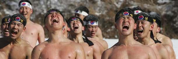 Корейские спецназовцы тренируются на морозе с голым торсом