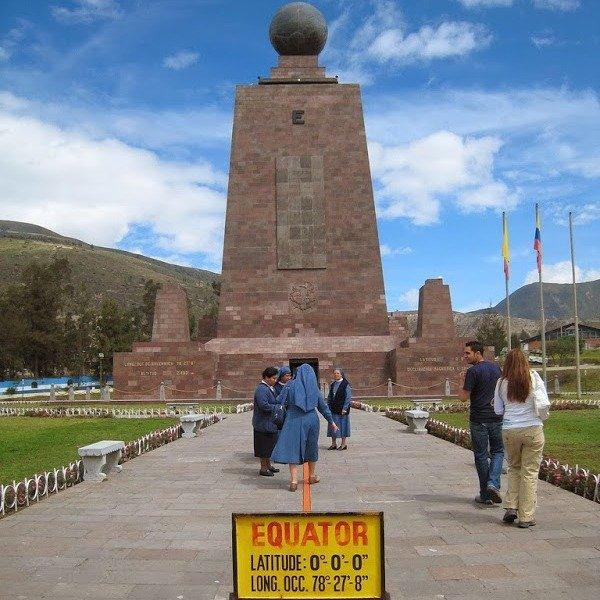Линия экватора и памятник в эквадорском парке