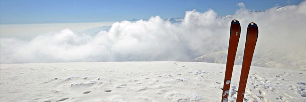 Лыжи на фоне гор, покрытых снегом