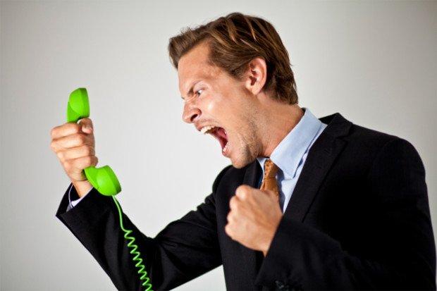 Разгневанный мужчина кричит в телефон