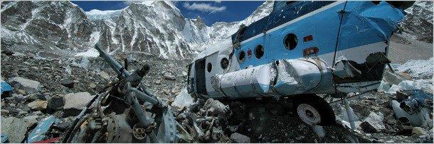 Разрушенный вертолёт в жерле вулкана Килауэа