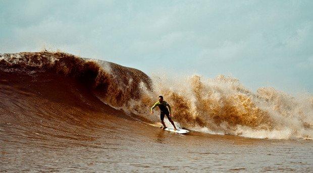 Сёрфингист скользит по волне Поророка