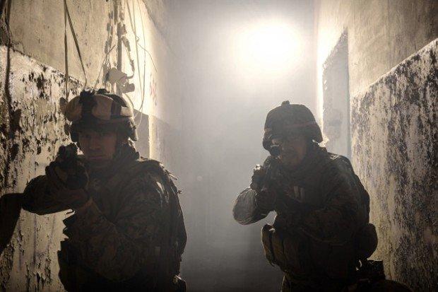 Спецназовцы штурмуют заброшенное здание