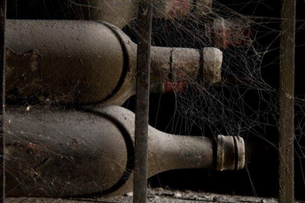Старые бутылки вина в погребе