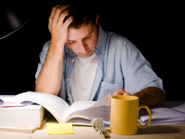 Студент читает книгу